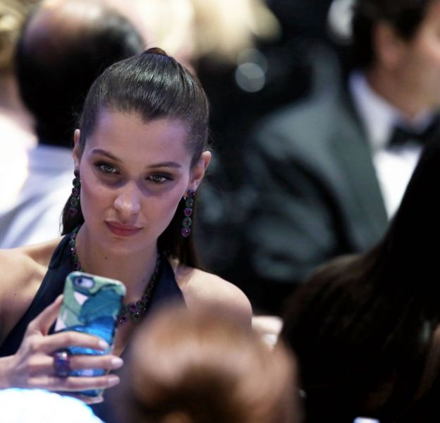 Bella Hadid prend un selfie pendant le gala de AmfAR.