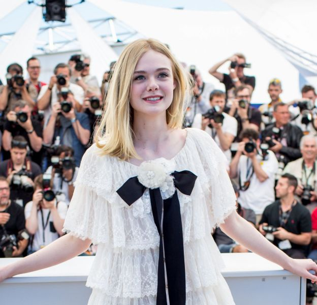 """Elle Fanning était lumineuse dans une robe Chanel pour le photocall de """"The Neon Demon"""" à Cannes 2016."""