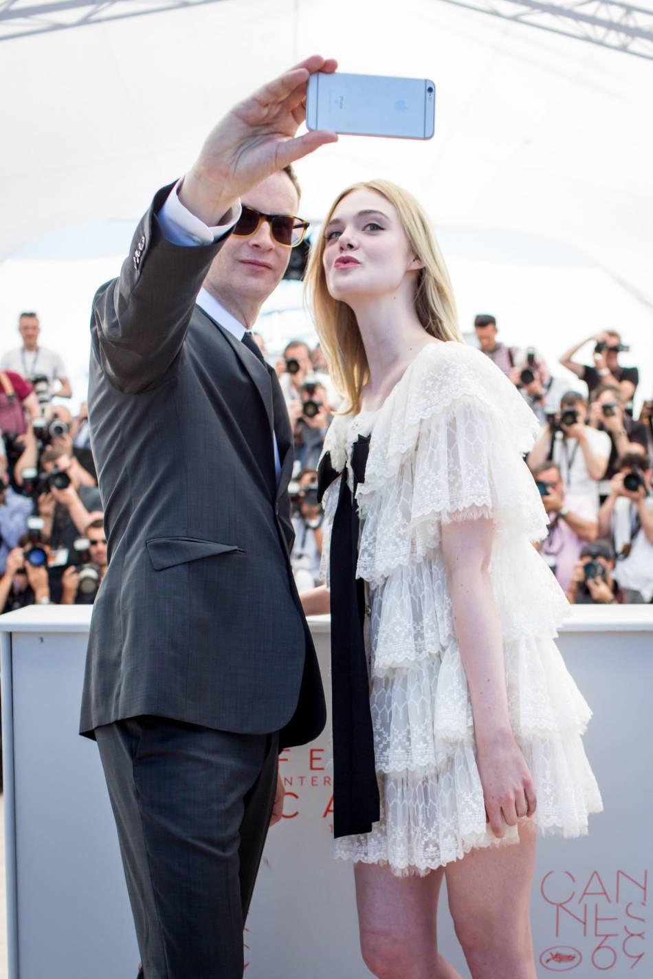 Elle Fanning se prête même au jeu du selfie à Cannes 2016.