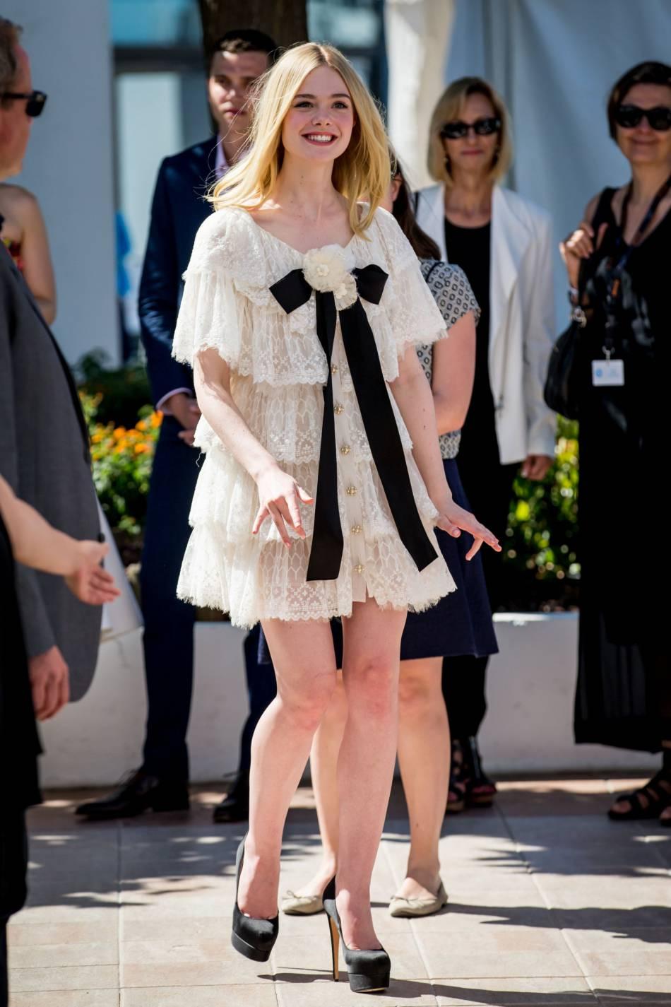 """Elle Fanning opte pour une robe d'inspiration victorienne pour le photocall de """"The Neon Demon""""."""