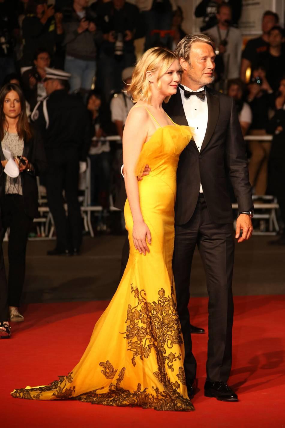 L'actrice pose en compagnie de Mads Mikkelsen. Elle est habillée d'une  robe Maison Margiela Haute Couture créée spécialement pour elle par John Galliano.