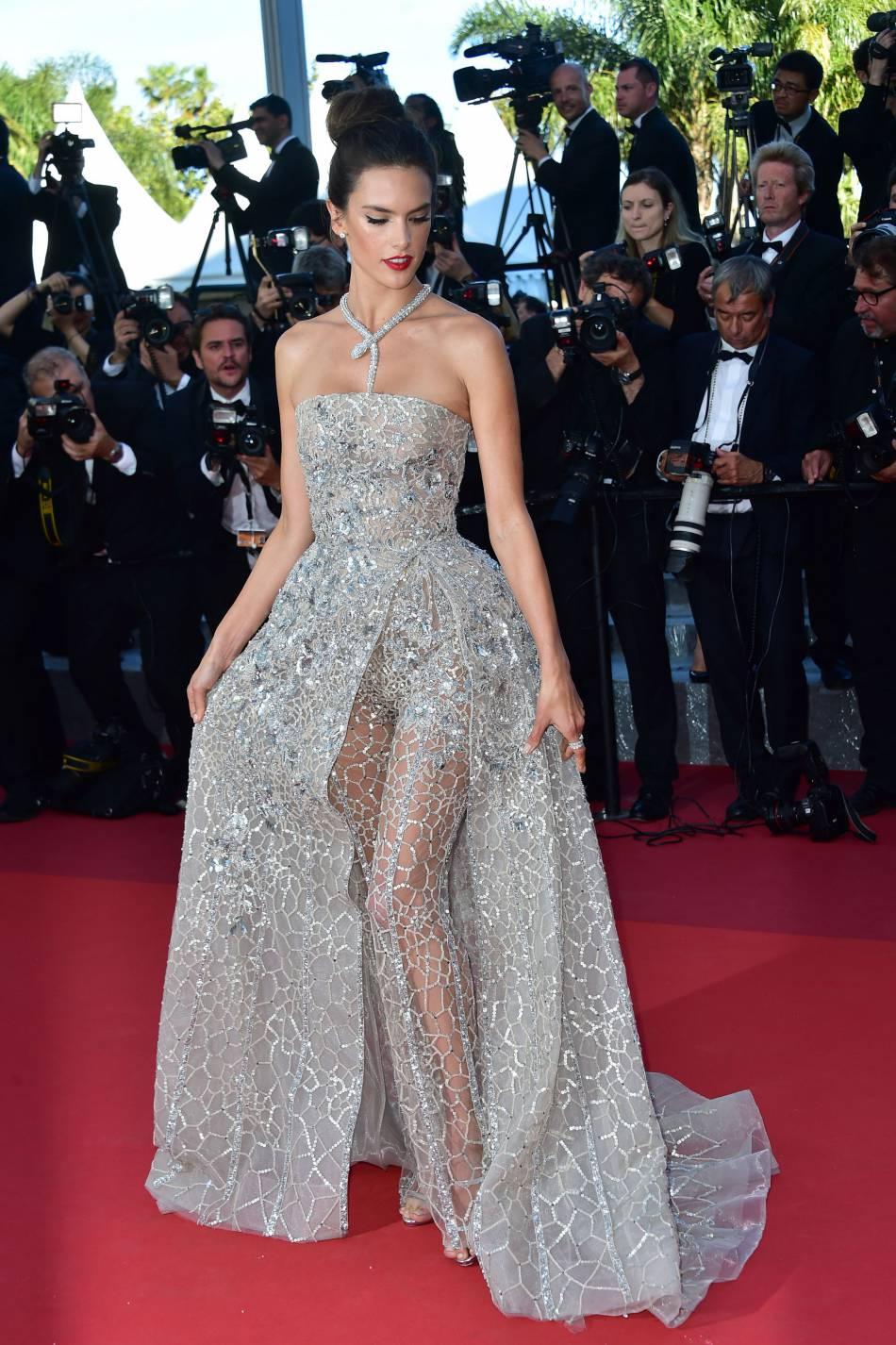 Alessandra Ambrosio éblouit le red carpet avec une robe étincelante et un collier en diamants.