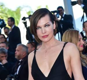 Milla Jovovich opte pour une robe du soir simple et séduisante à la fois.