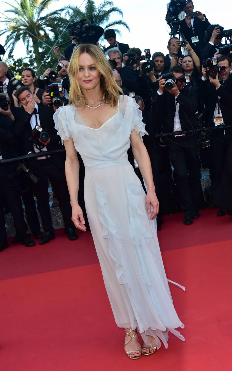 Vanessa Paradis, beauté intemporelle dans une robe romantique.