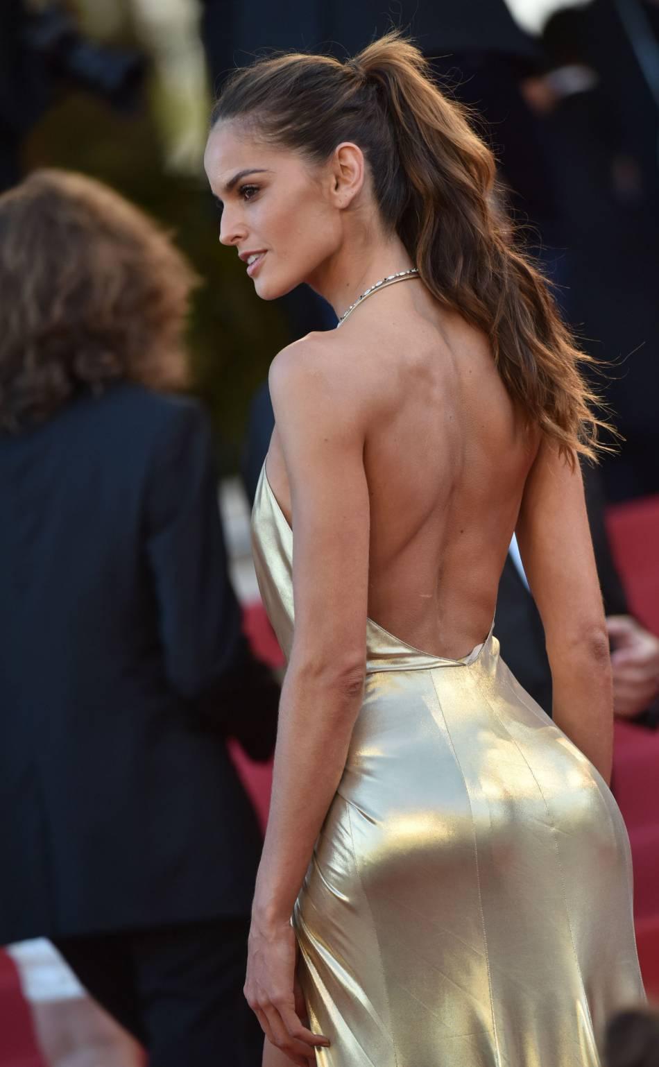 Sa collègue chez Victoria's Secret, Izabel Goulart, enflamme la montée des marches avec sa robe décolletée !