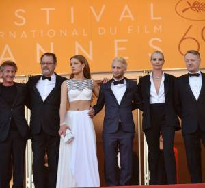 """Sean Penn entouré de ses enfants et de son casting pour la montée des marches de """"The Last Face""""."""