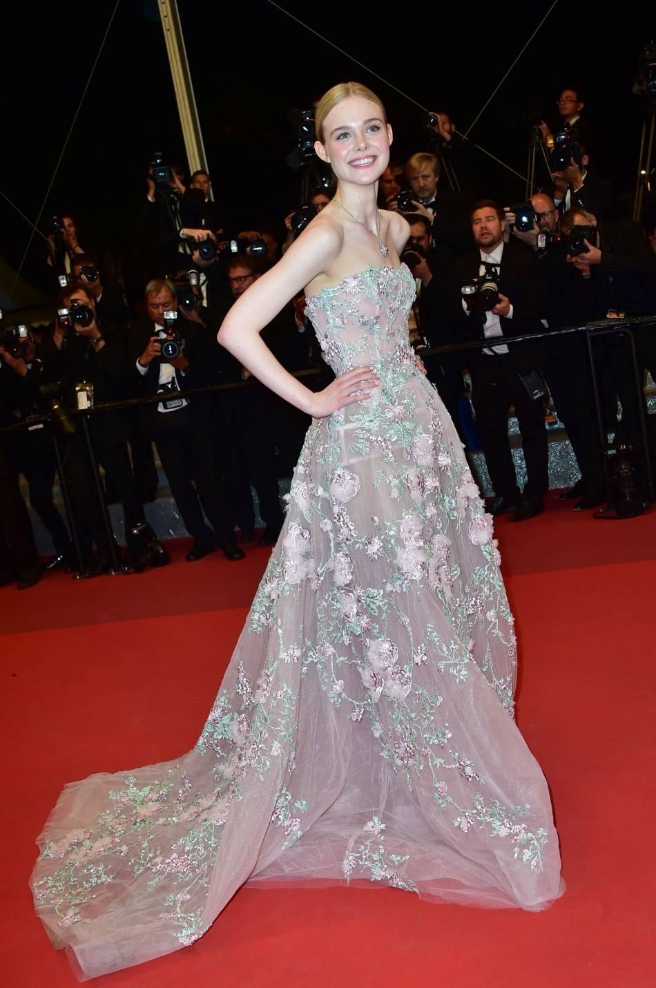 Elle Fanning est apparue dans une robe vaporeuse et délicatement brodée.
