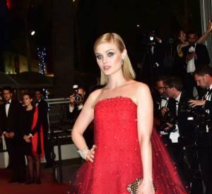 Sa co-star, Bella Heathcote, a opté pour une robe courte en tulle rouge.