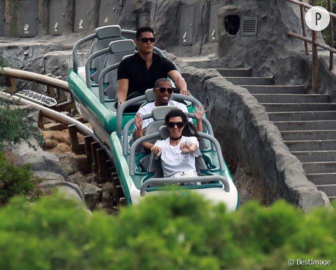 Les deux soeurs ont encha n les attractions du parc tout - Les soeurs du marquis ...