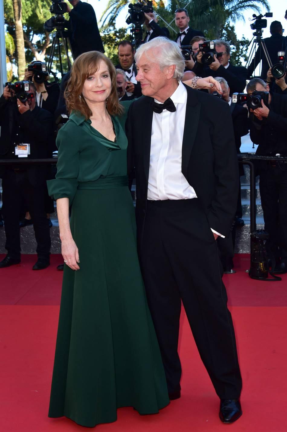 Isabelle Huppert, sublime, monte les marches en compagnie de Paul Verhoeven.