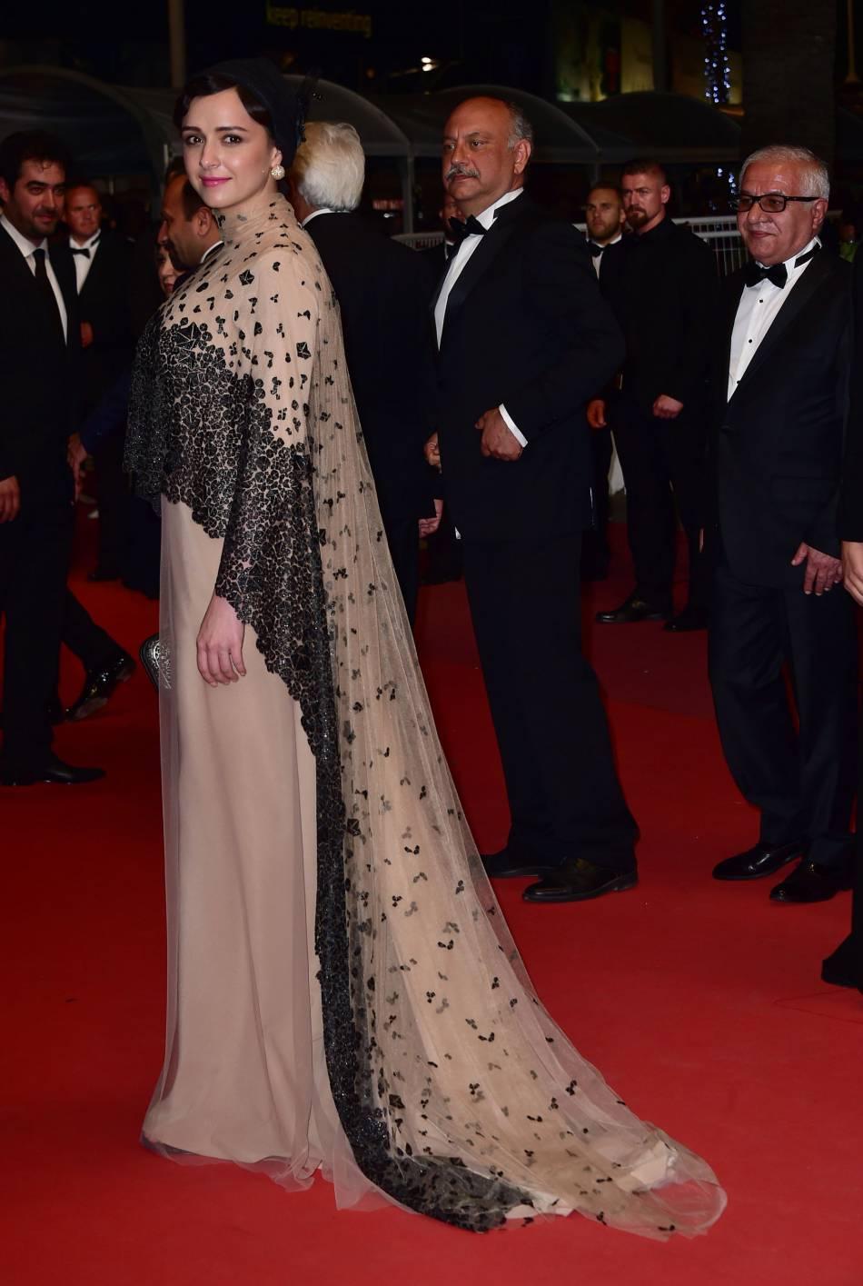 La robe est dotée d'une délicate traîne.