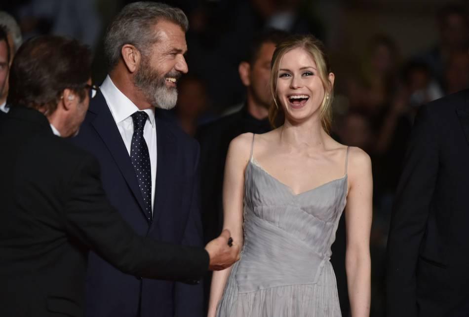 Mel Gibson et Erin Moriarty complices sur le red carpet !