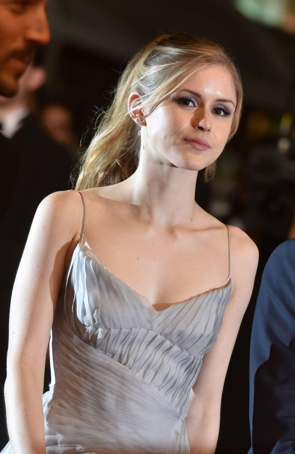La sublime actrice Erin Moriarty s'apprête à monter les marches dans une féérique robe grise.