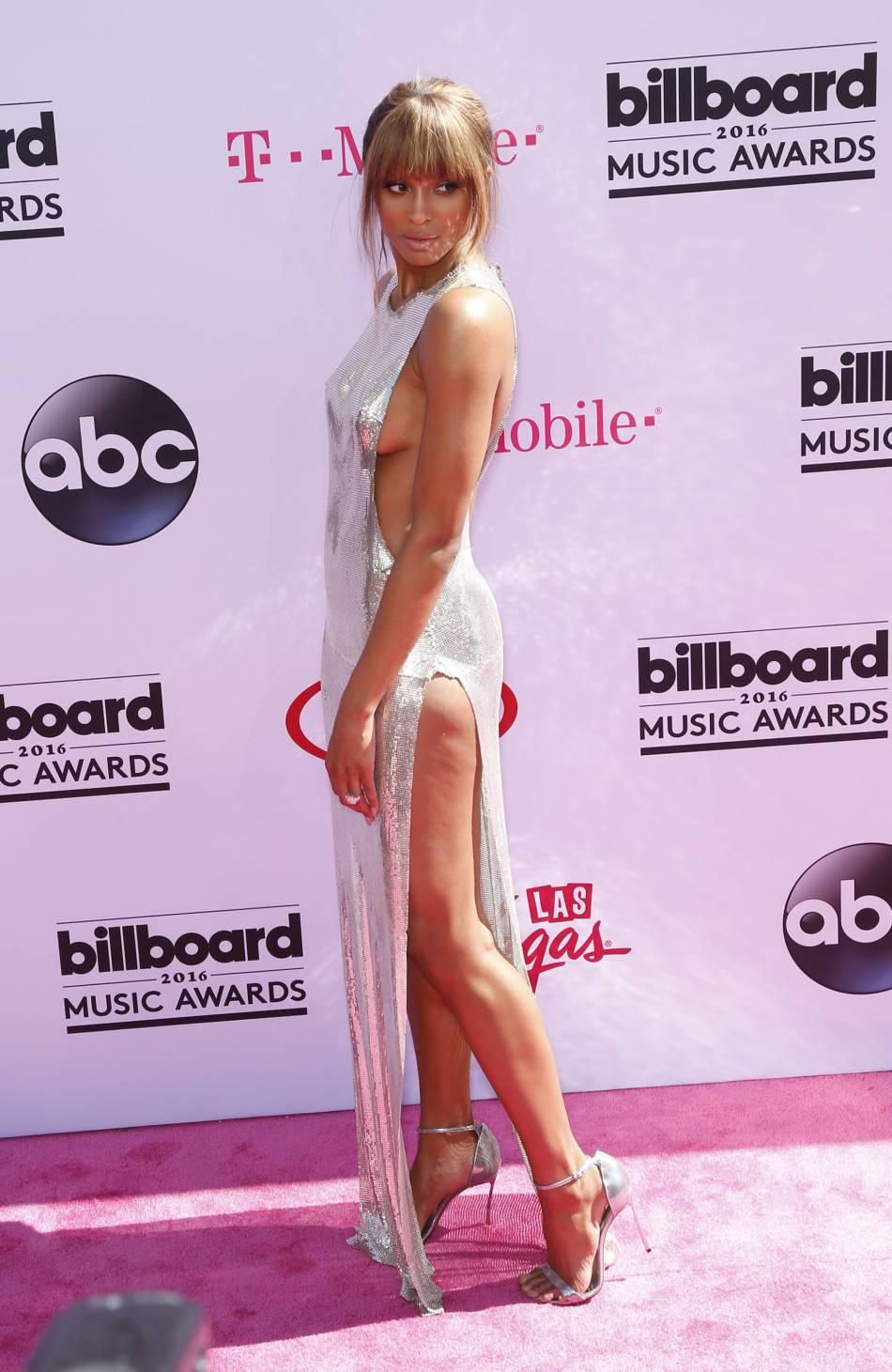 La chanteuse Ciara a fait monter la température dans sa robe argentée.
