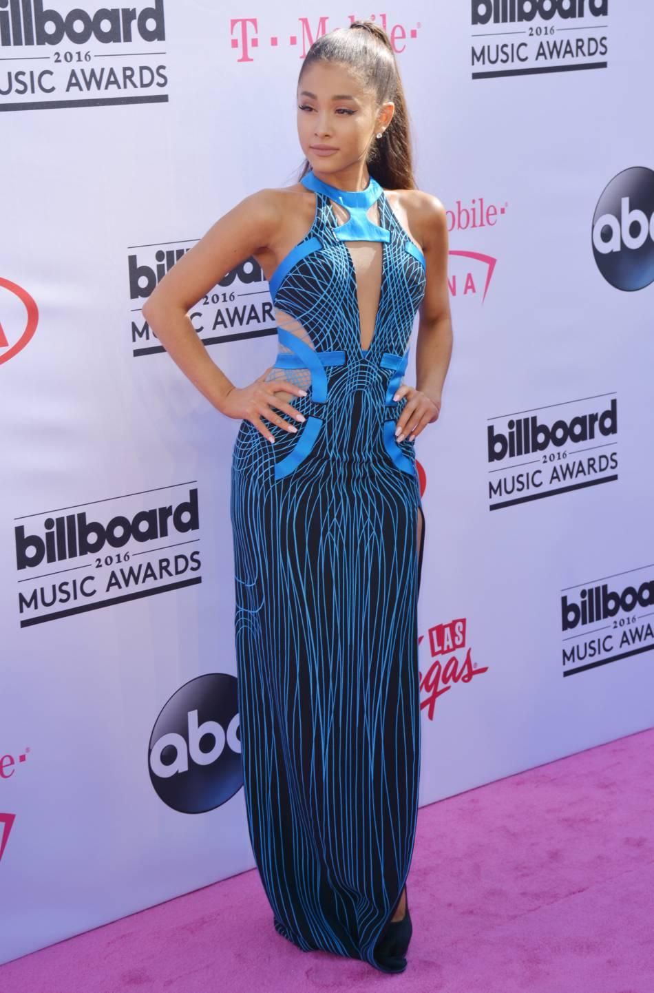 La chanteuse Ariana Grande portait une robe bleue signée Versace.