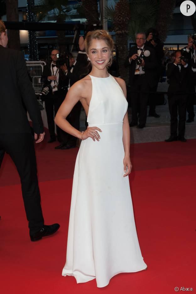 """Alice Isaaz lors de la première de """"Elle"""" de Paul Verhoeven sur le tapis rouge de Cannes 2016."""