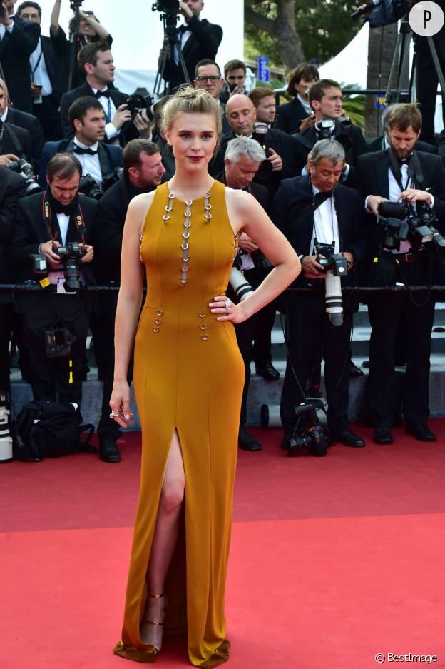 """Gaia Weiss foule tapis rouge pour l'ouverture du Festival de Cannes 2016, à l'occasion la première de """"Café Society""""."""