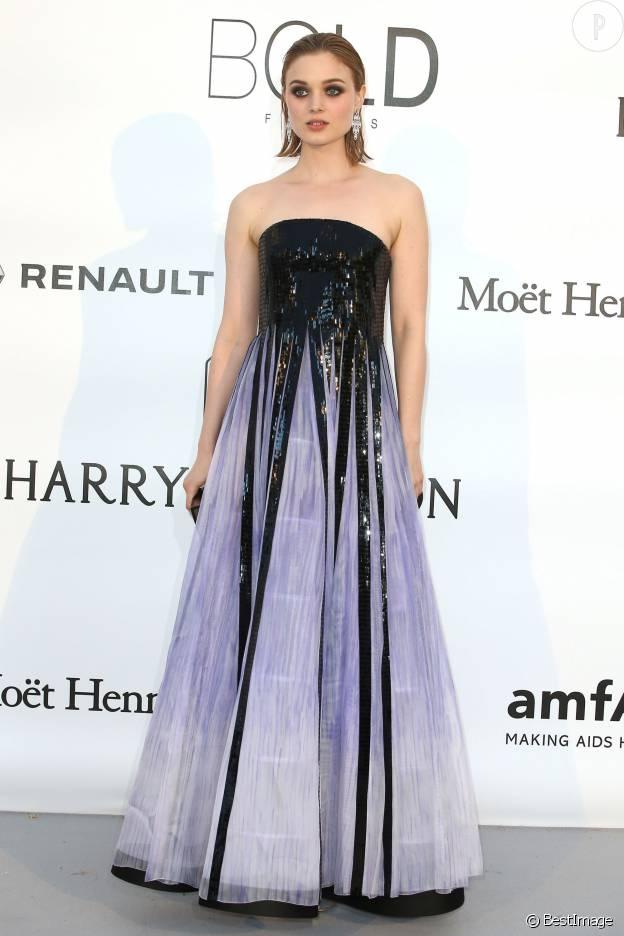 """Bella Heathcote (à l'affiche de """"The Neon Demon"""") fait mouche au gala de l'AmfAR organisé à Cannes."""