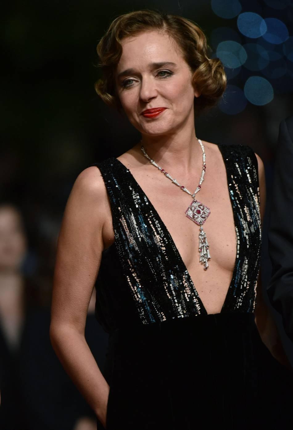 "Valeia Golino porte un collier de la collection ""Giardini Italiani"" de Bulgari."
