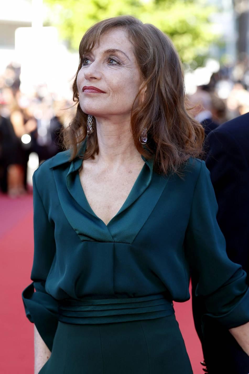 Isabelle Huppert porte des boucles d'oreilles Chopard.