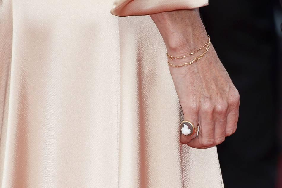 Détail des bijoux de Sandrine Kiberlain.