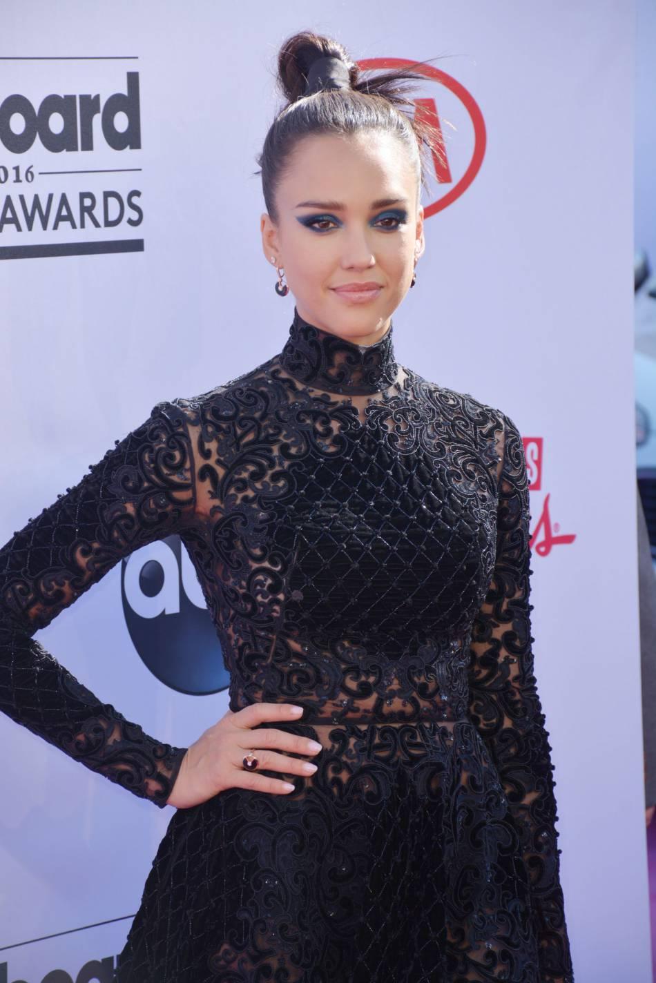 Jessica Alba a elle aussi posé aux côtés des soeurs Kardashian et de Jennifer Lopez.