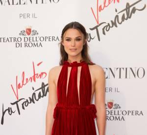 Keira Knightley a foulé le tapis rouge dans une robe rouge signée Valentino.