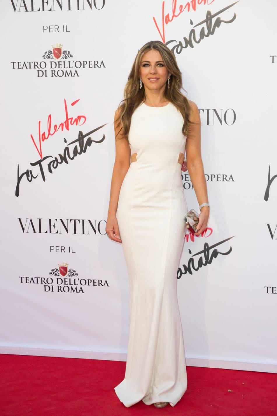 Elizabeth Hurley a opté pour une longue robe blanche flattant sa silhouette pour assister à la première de l'opéra de Verdi.