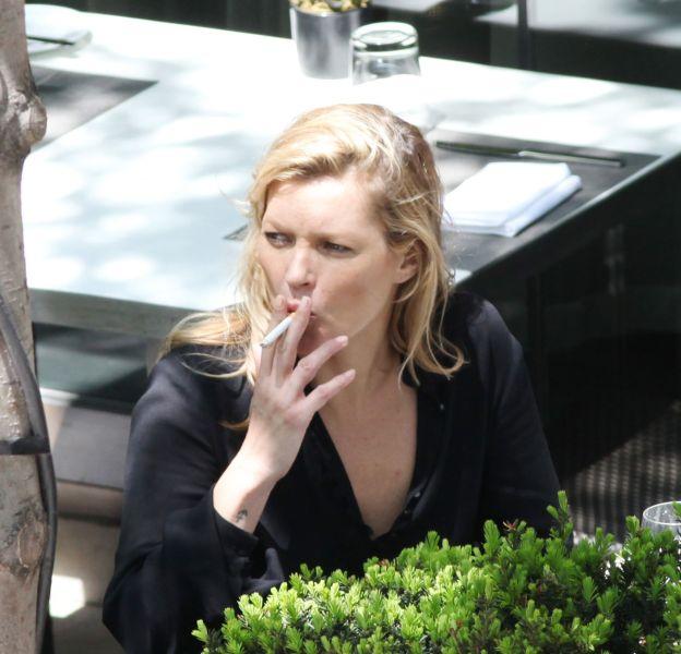 Kate Moss n'a jamais réussi à se débarrasser de cette mauvaise habitude.