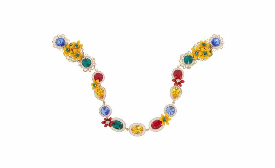 Serre-tête doré orné de cristaux Swarovski et d'émail, Dolce & Gabbana. 1300€.