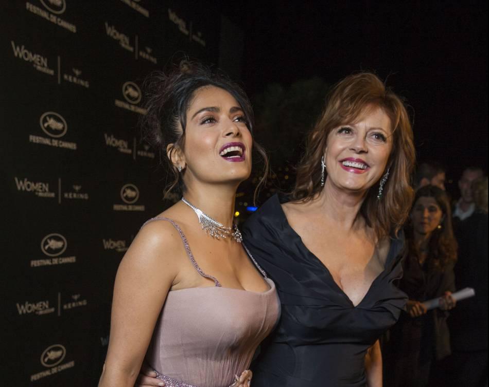 """Salma Hayek et Susan Sarandon se sont livrées à un petit jeu de """"qui a la plus grosse poitrine ?""""."""