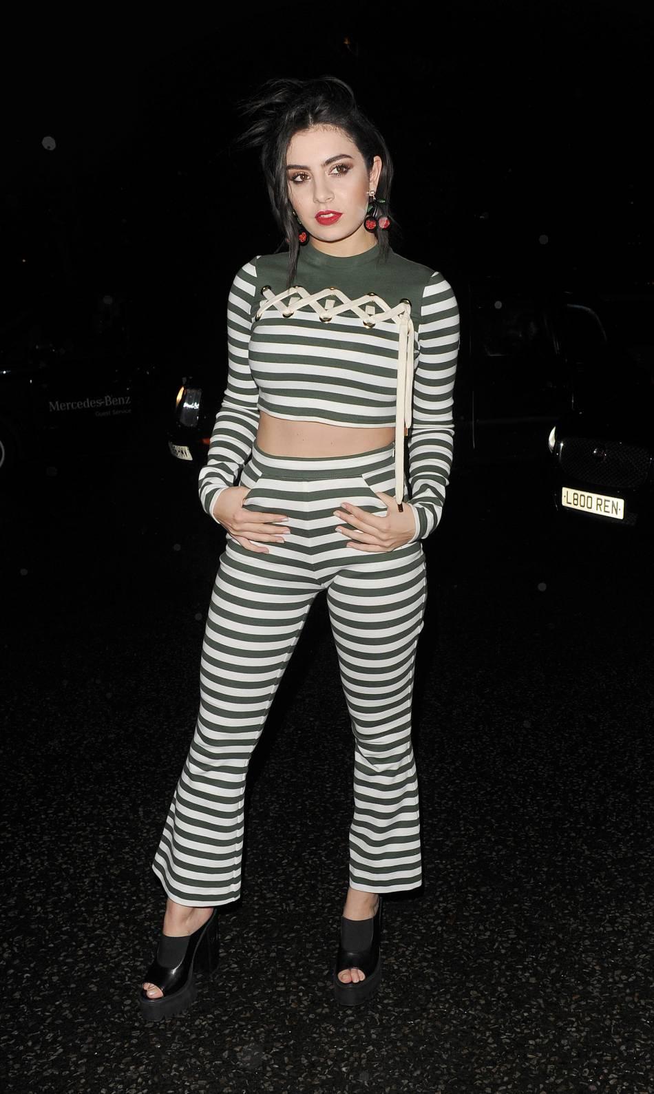 L'inspiration 90's c'est ce que Charli XCXadore, en beauté et en mode.