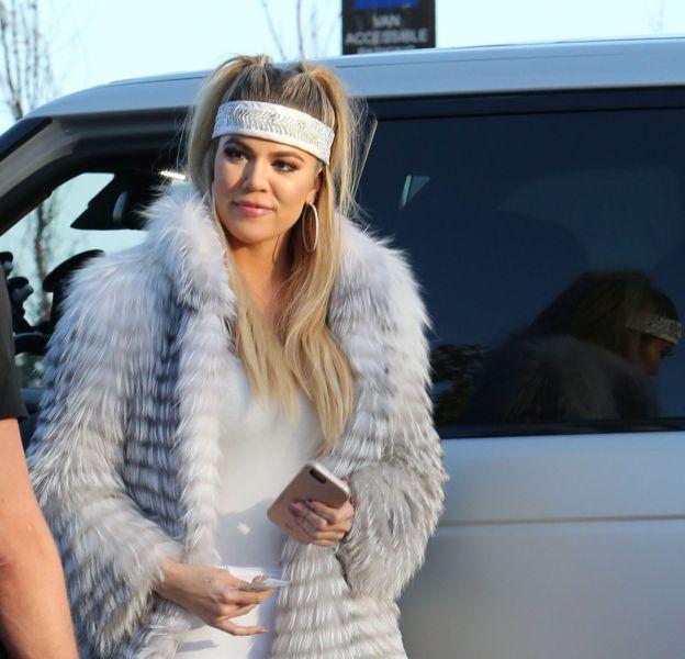Khloe Kardashian fait une apparition très sexy à l'anniversaire de Scott Disick, toute moulée dans son total look blanc.