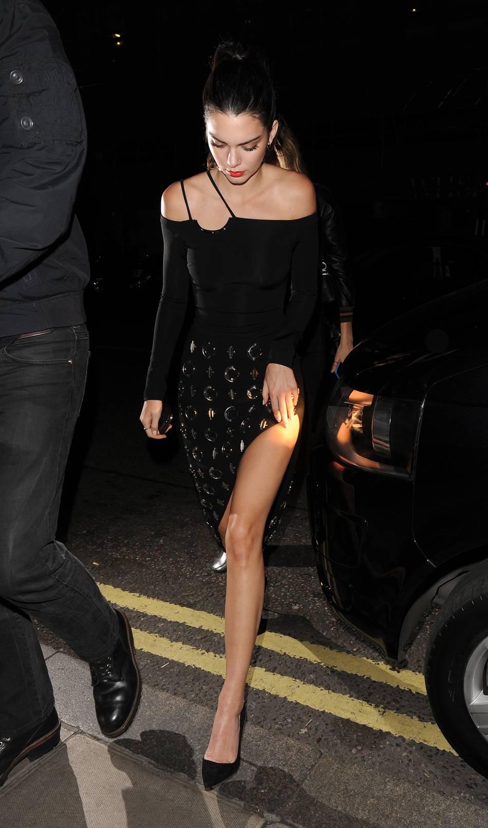 Kendall Jenner charme avec une robe fendue un brin mystique.