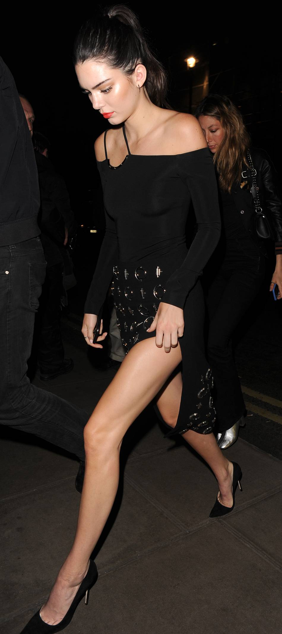 Kendall Jenner apparaît glamour avec sa bouche habillée de rouge.