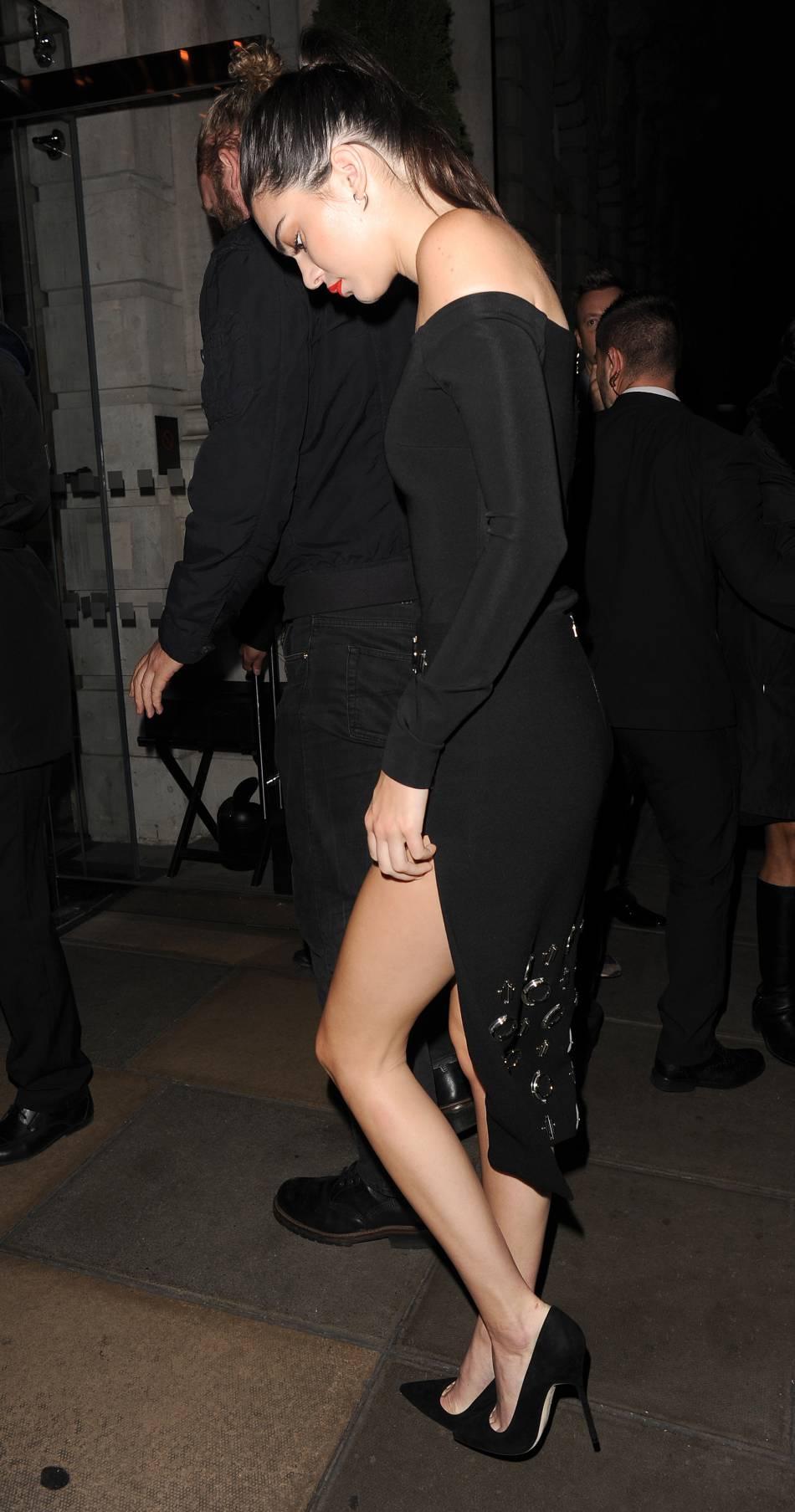 Kendall Jenner affiche son sex-appeal avec un fendu à Londres.