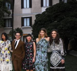 Les invités prennent la pose dans le jardin du palais Papadopoli.