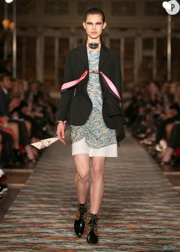 Cravates dénouées ou bracelets gri-gris : des accessoires qui signent une aventurière chic.