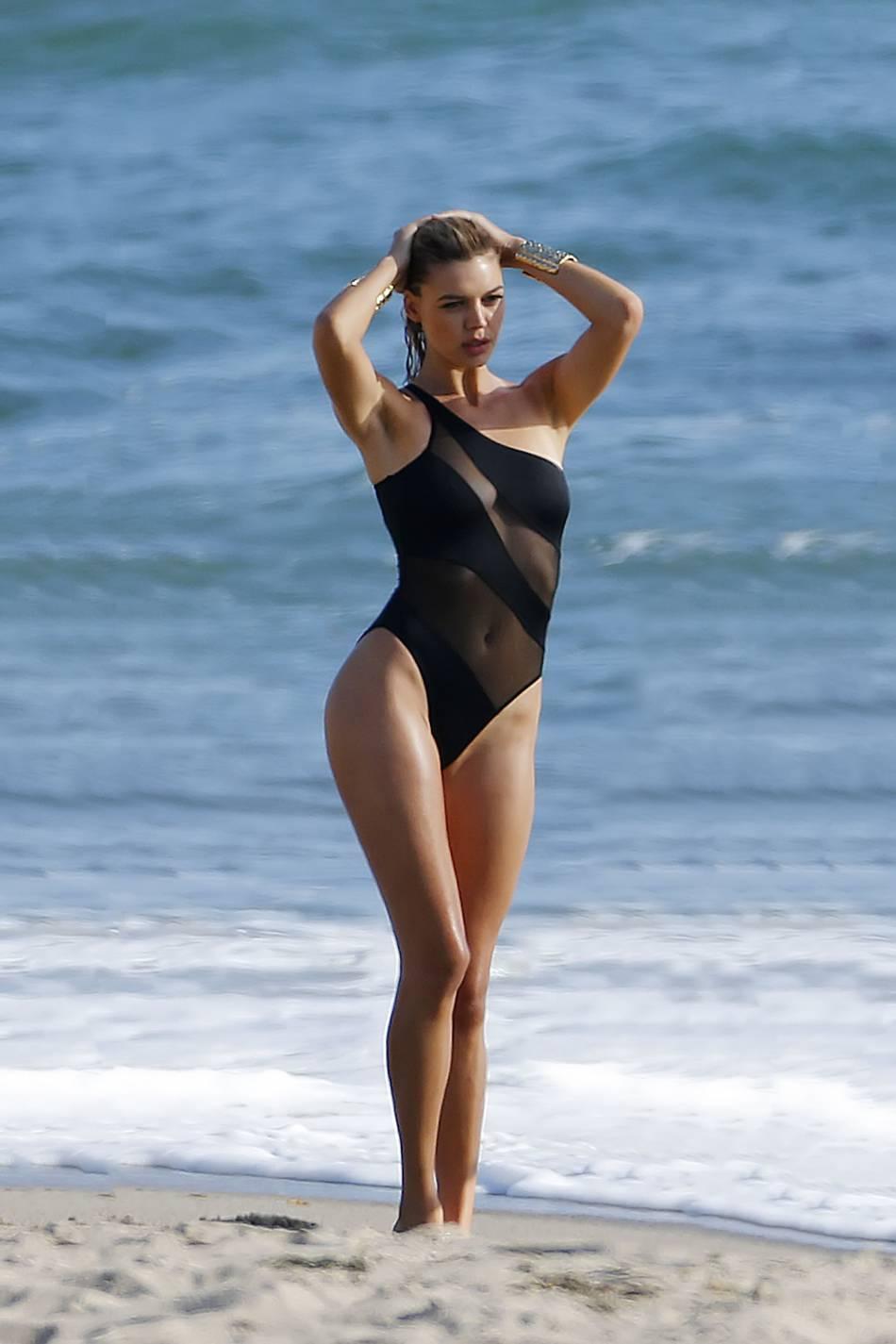 Kelly Rohrbach dans un joli maillot de bain tout en transparence.