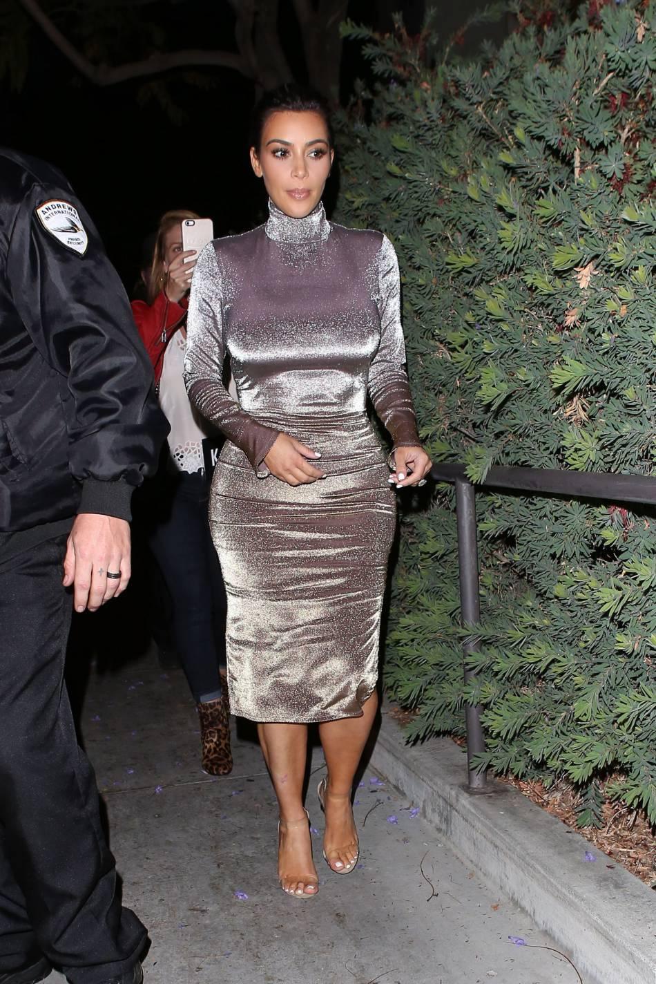 Kim Kardashian moule la moindre de ses courbes.