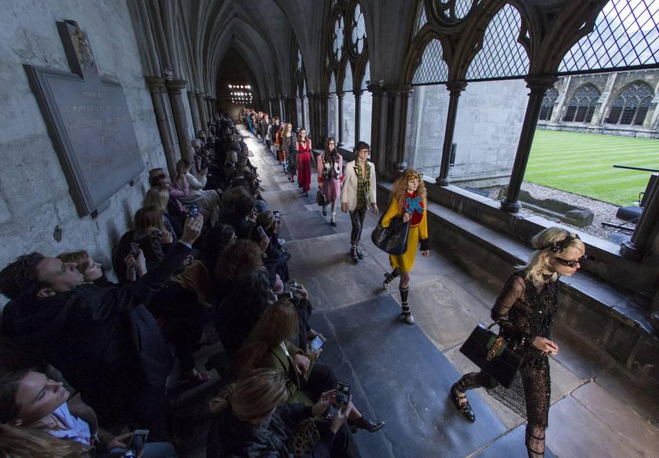 Dans le cloitre de l'abbaye de Westminster, les mannequins Gucci défilent.