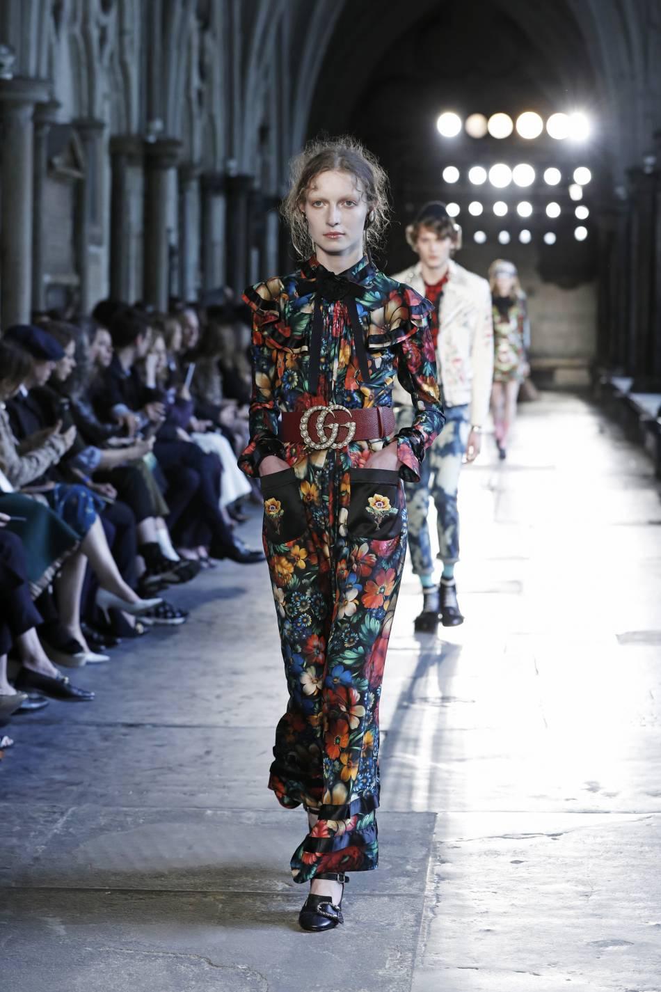 Fleurs hippie en all-over sur ce look Croisière de Gucci.