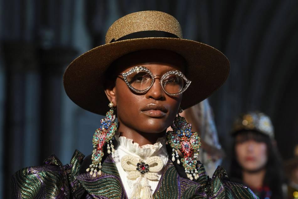 Boucles d'oreille géantes et lunettes très stylées, les accessoires Gucci ne s'interdisent rien.