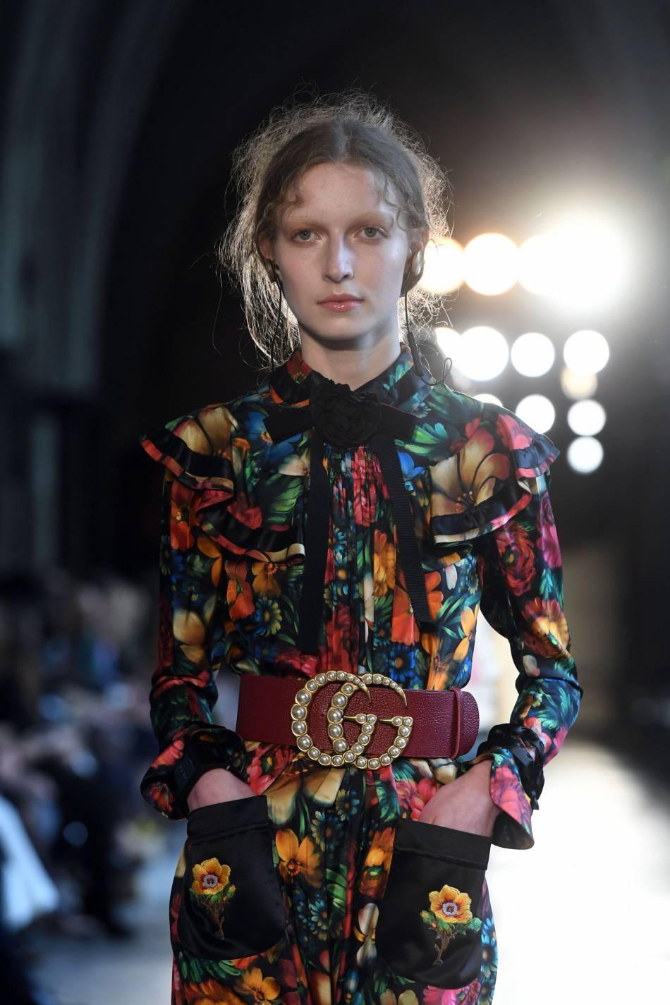 La ceinture au double G ceinture les tailles des mannequins avec style.