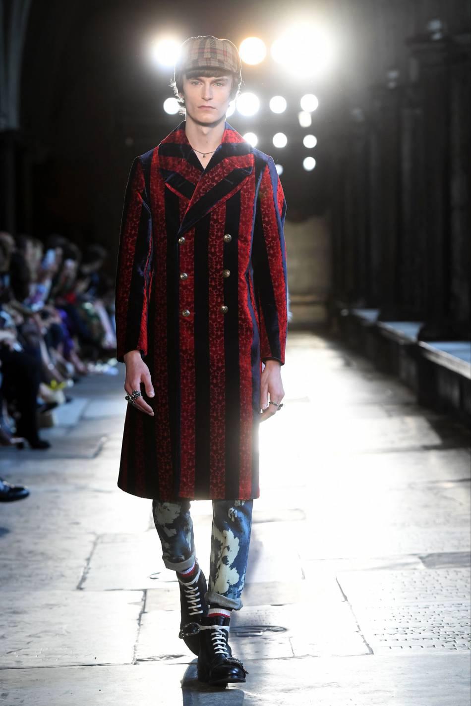 Le manteau d'homme avec ses rayures verticales est d'une élégance rare.