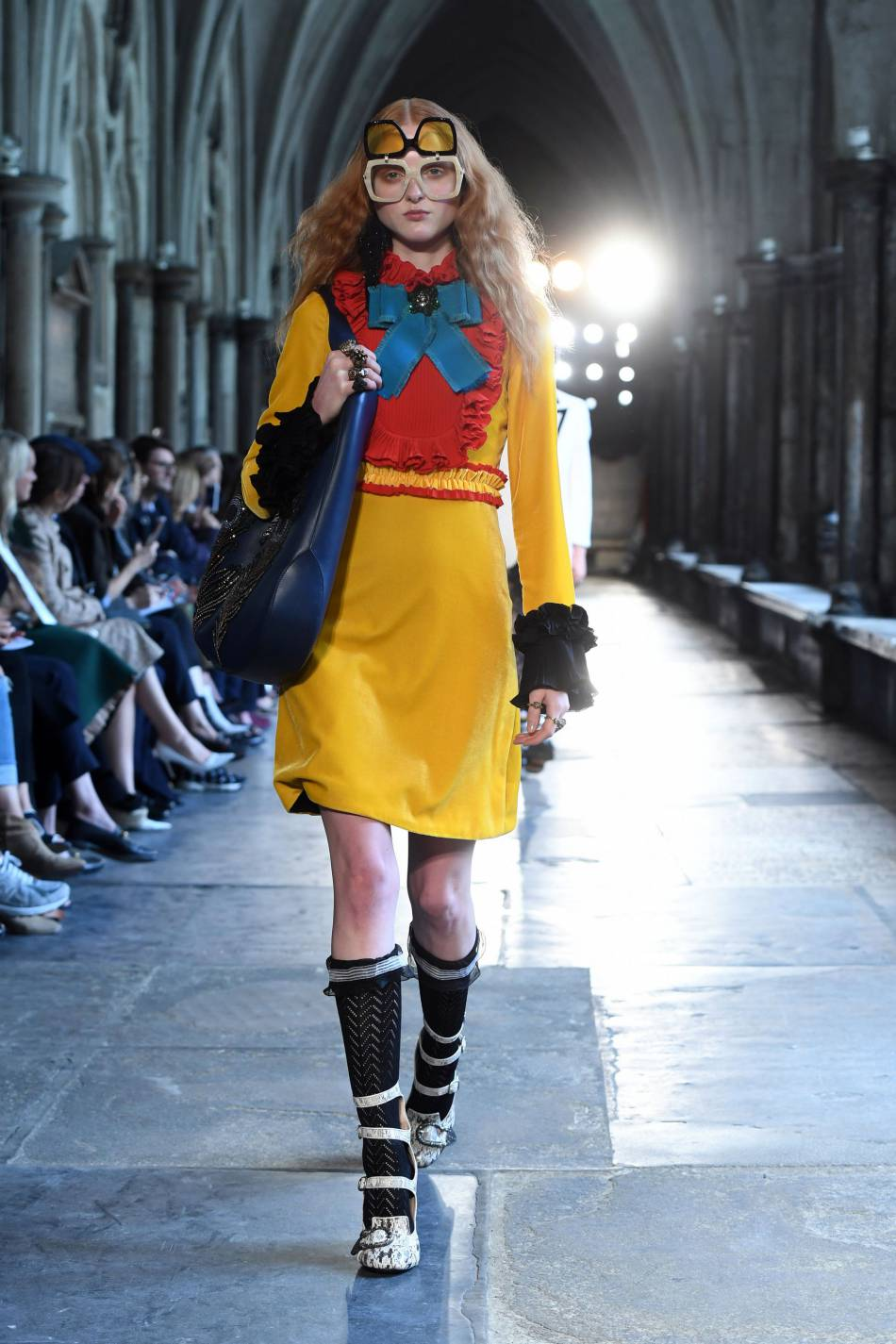 Des lunettes teintées en deux parties ? Bienvenue dans les années 80 sur le défilé Gucci.