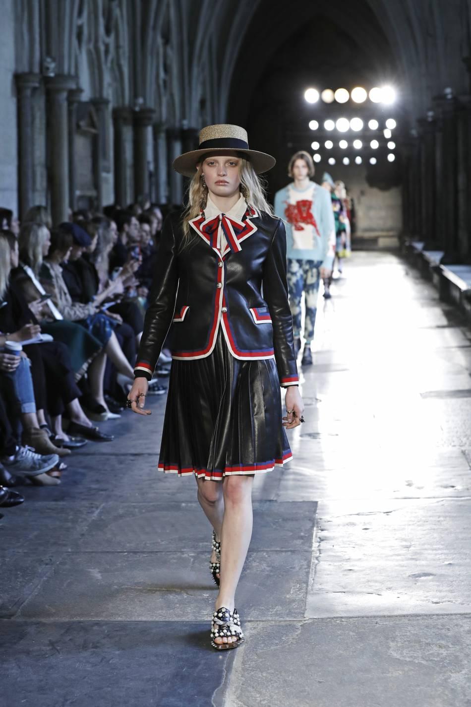 Le cuir est travaillé avec élégance sur le défilé Gucci Croisière.