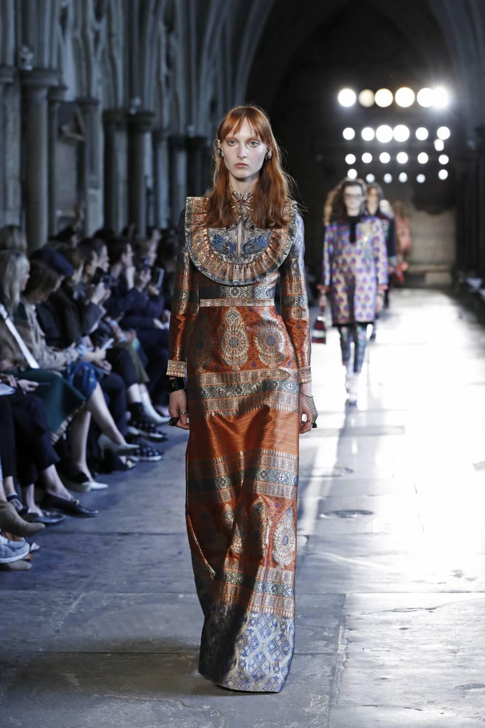 Col d'une beauté absolu pour un look très réussi sur le défilé Gucci à Londres.