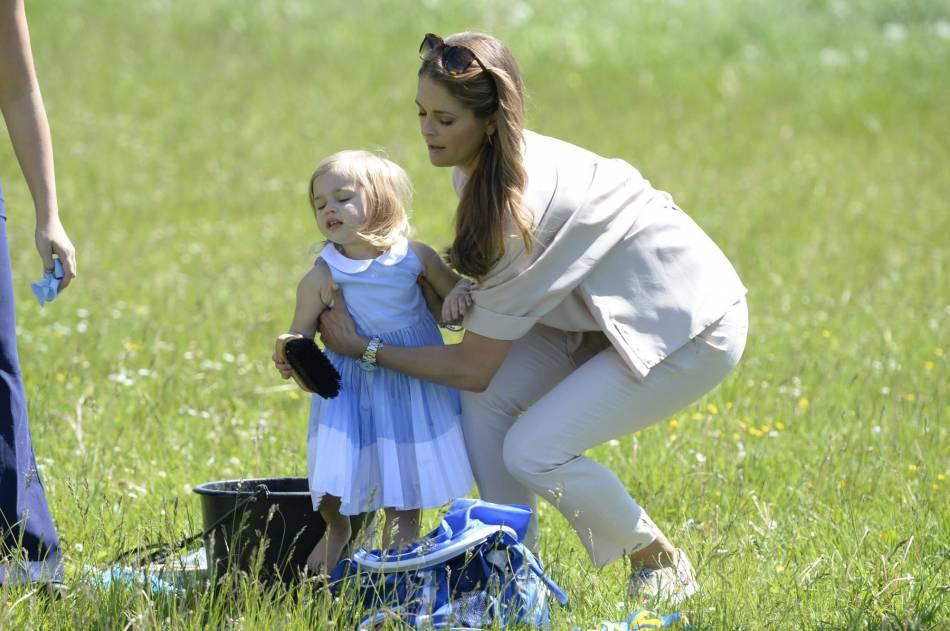 Madeleine de Suède et sa fille Leonore s'amusent dans l'herbe.