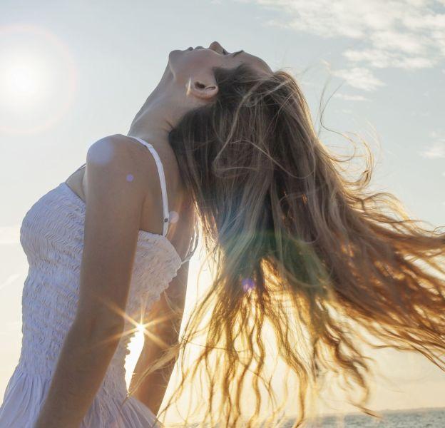 L'été, les cheveux sont agressés par le soleil et les UV.